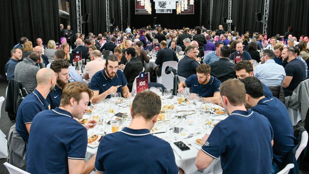 Plus de 520 personnes ont participé à ces festivités, dont les joueurs du HCC (ici au premier plan).