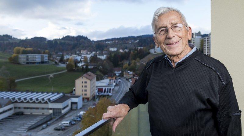 François Mercier, sur son balcon des Cardamines, au Locle, il y a trois ans.