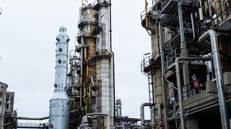 La colonne de Preflash (à gauche) doit prochainement être habillée de tuyaux, comme les colonnes voisines. La raffinerie de Cressier doit la mettre en service en 2020.