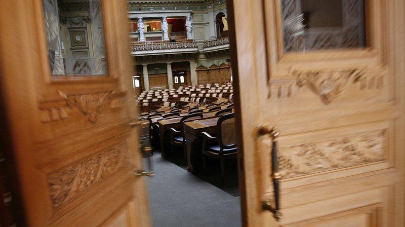 Chacun des 246 parlementaires des Chambres fédérales peut donner deux cartes d'entrée permanente au Palais.