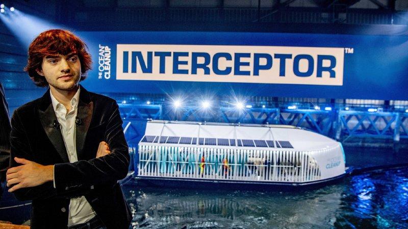 """Son inventeur, Boyan Slat, prévoit de s'attaquer aux 1000 rivières les plus polluées au monde """"d'ici cinq ans""""."""
