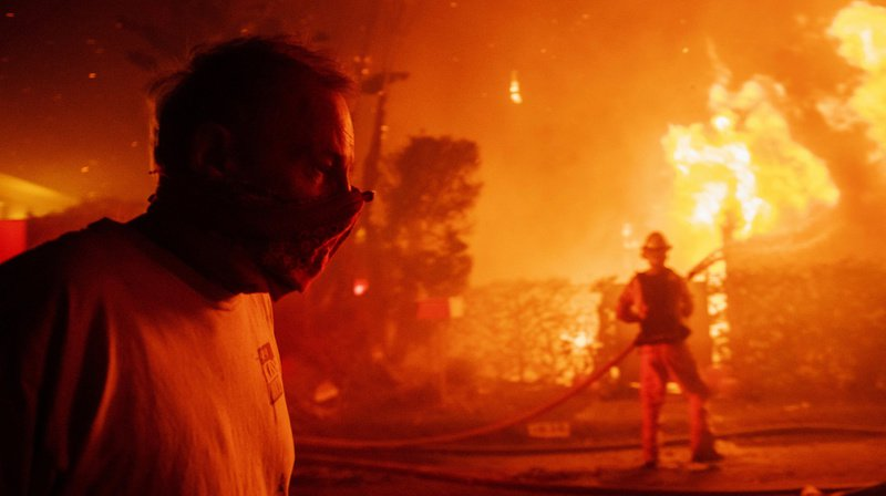 Incendiesen Californie: les pompiers tentent toujours d'arrêter les feux