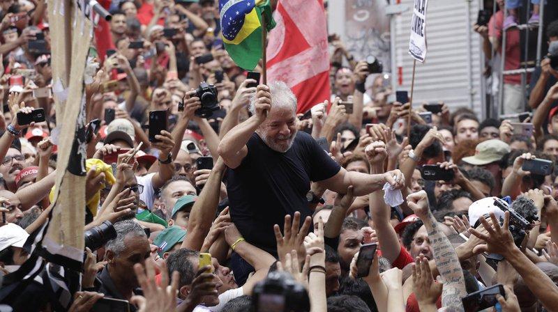 Brésil: Lula, libre et remonté à bloc, accable Bolsonaro devant ses partisans
