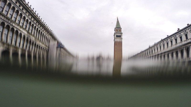 Marée haute à Venise: inondée, la place Saint-Marc est fermée