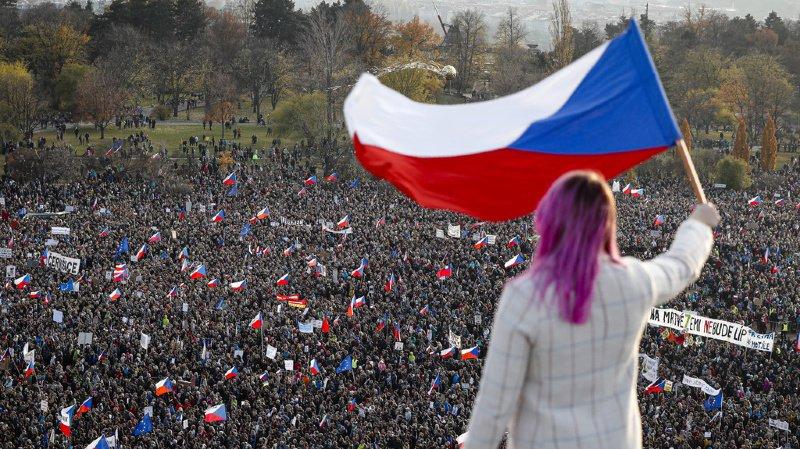 La manifestation se tient la veille du trentième anniversaire de la Révolution de velours.