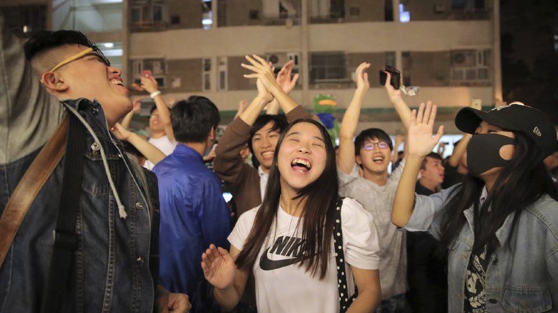 Victoire écrasante des pro-démocratie à Hong Kong: Carrie Lam «à l'écoute»