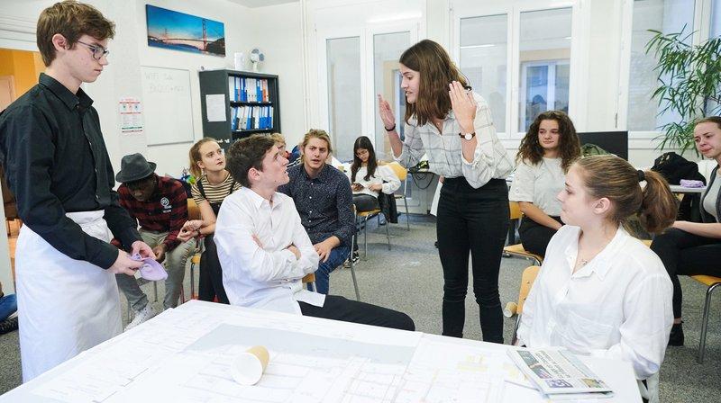 """Les jeunes acteurs en pleine répétition de """"Carrefours"""", la pièce qu'ils présenteront au Jukebox Café Festival."""