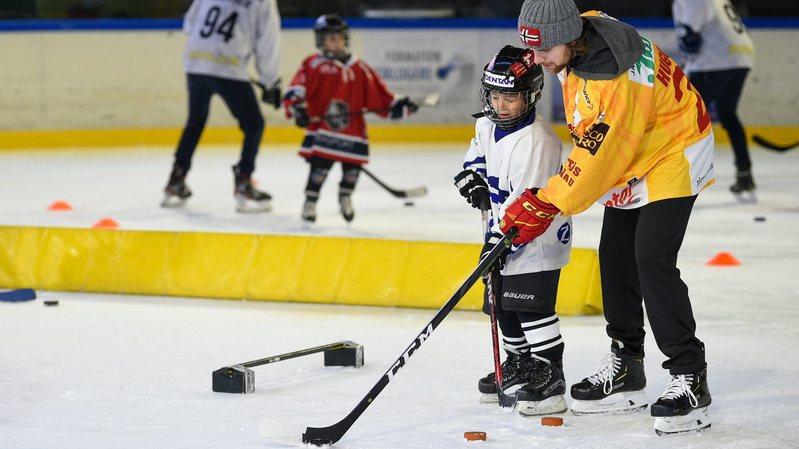 Anthony Huguenin a donné des conseils techniques aux enfants ce dimanche à Fleurier.