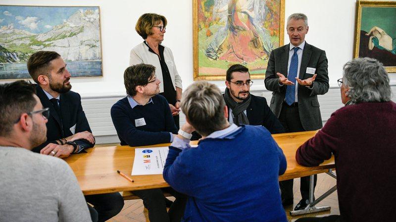 Fabrice Zumbrunnen, président de la direction générale de Migros (débout à droite), a prodigué de nombreux conseils.