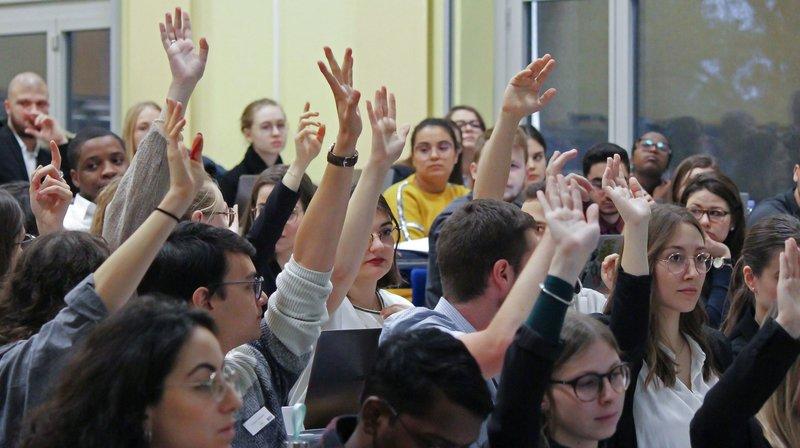 Votation à main levée pour l'adoption de la Convention.