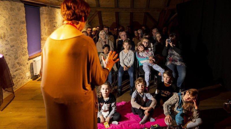 La conteuse devant son auditoire captivé, lors de la Nuit du conte, vendredi 8 novembre.