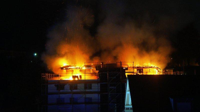 Le toit d'un immeuble en construction était la proie des flammes dans la nuit de mercredi à jeudi.