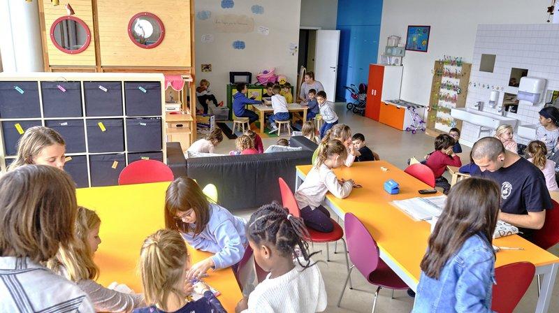 Des éducateurs seront présents au péristyle de l'hôtel de ville de Neuchâtel les 22 et 23 novembre pour répondre aux questions et interrogations des parents.