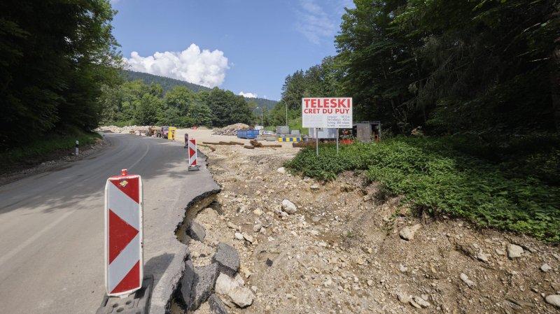 Pendant les travaux, le parking du téléski du Crêt-du-Puy, détruit lors des inondations, a servi de dépôt de matériel aux ouvriers qui réparent la route.