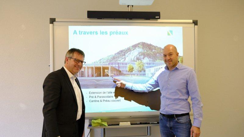 L'architecte Andrea Pelati (chemise bleue), lauréat du concours d'architecture et le conseiller communal de Val-de-Travers Christophe Calame.