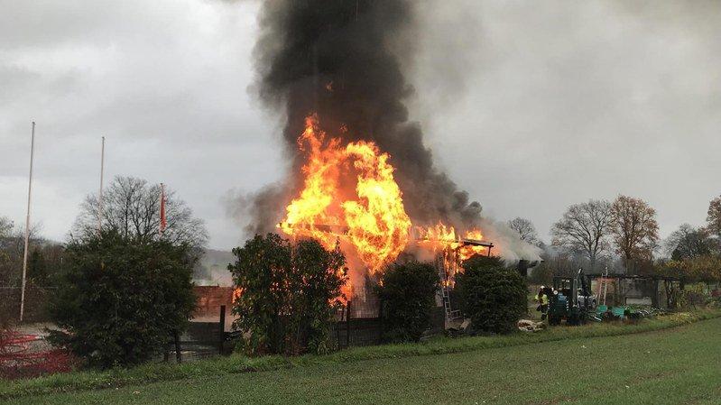 Alors que les pompiers luttaient contre les flammes, un deuxième incendie s'est déclaré dans le même village.