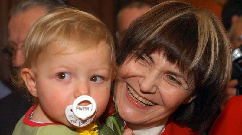 Après son élection au Conseil fédéral le 3 décembre 2002, la socialiste genevoise Micheline Calmy-Rey pose avec son petit-fils devant les photographes. Elle est la première grand-mère à accéder au gouvernement.