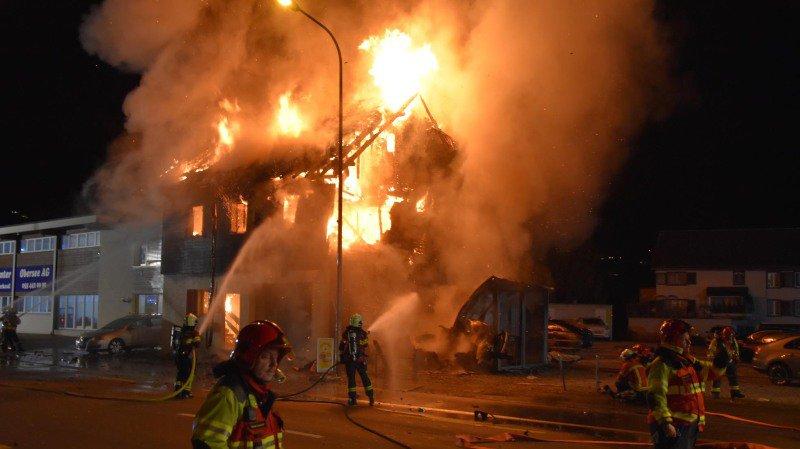 Schwytz: il fuit la police, sa voiture s'envole et percute une maison de Galgenen qui s'embrase