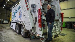 La Tène: un homme a failli se faire avaler par la benne du camion-poubelle en chargeant des déchets verts