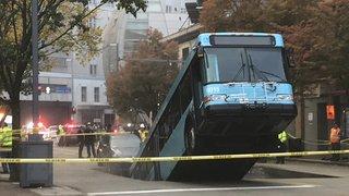 Etats-Unis: un gouffre se forme au milieu de la chaussée et «engloutit» un bus à Pittsburgh