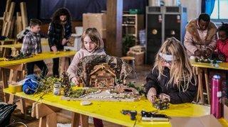 Une foule de petites mains pour un atelier de création de crèches
