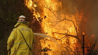 Feux de forêt en Australie: des milliers de pompiers sur le pied de guerre pour combattre les flammes
