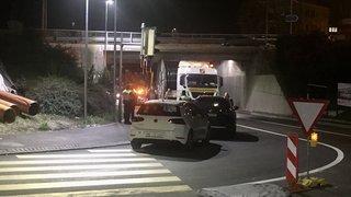 Un camion bloqué sous un pont à Peseux