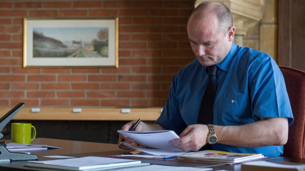 Yvan Perrin, ici croqué en juin 2013 dans son costume de conseiller d'Etat, se consacre désormais en plein à l'écriture.