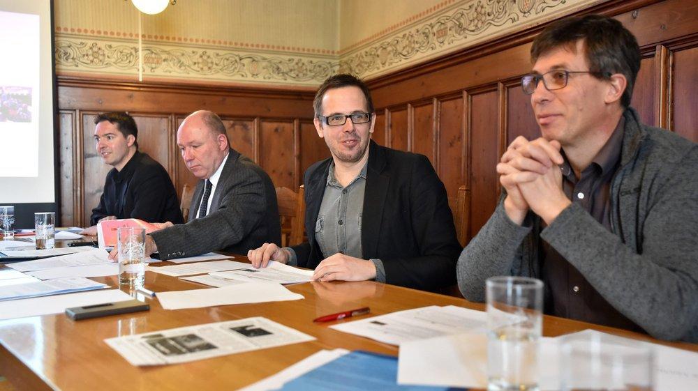 De gauche à droite: les conseillers communaux loclois Cédric Dupraz et Claude Dubois, ainsi que les conseillers communaux Stéphane Reichen et Philippe Rouault lors de la présentation du projet de fusion, le 17 janvier 2017.