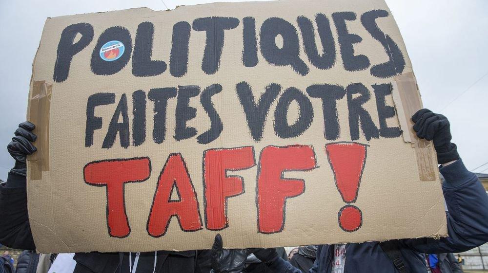 Des jeunes appelaient à l'action politique lors d'une marche pour le climat à Neuchatel, le 15 mars 2019.