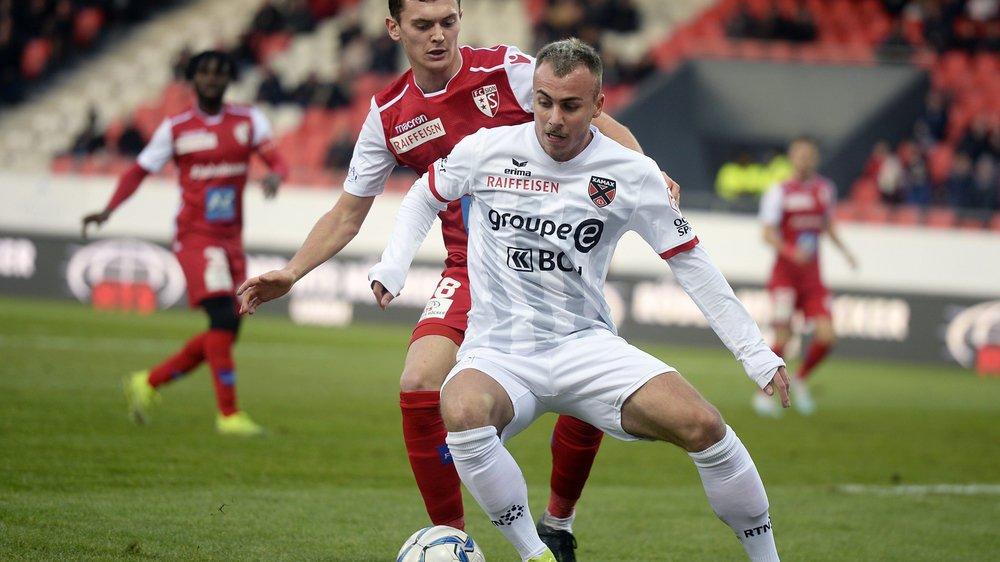 En premier plan l'attaquant neuchatelois Taulant Seferi (auteur du but neuchatelois) lutte pour le ballon le defenseur valaisan Jean Ruiz. (KEYSTONE/Olivier Maire)