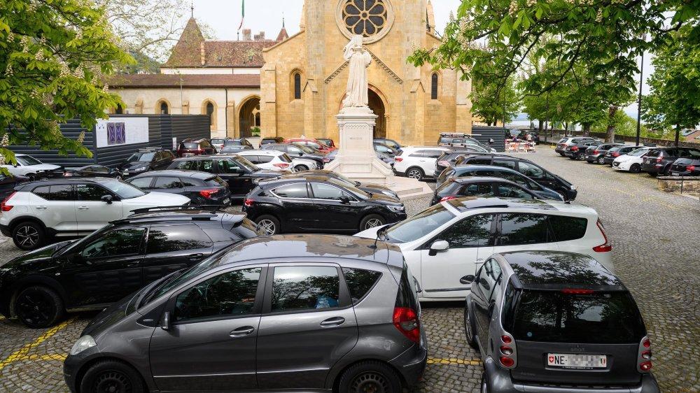 Durant les sessions du Grand Conseil neuchâtelois, nombre de députés garent leur voiture sur le parvis de la collégiale.