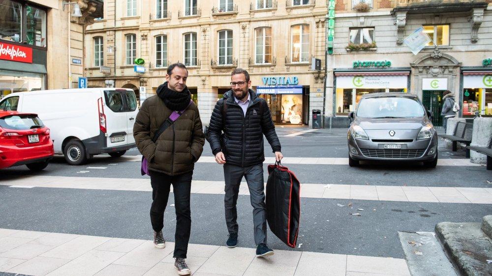 Le journaliste lausannois Frédéric Nejad s'est rendu ce mardi matin au Tribunal de police de Neuchâtel, avec son avocat, Kevin Guillet (de gauche à droite).