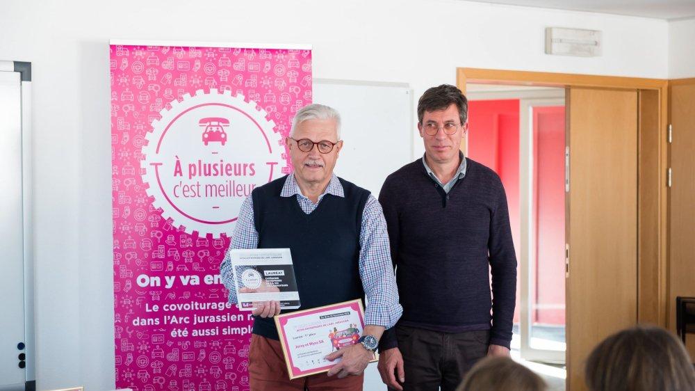A gauche de l'image, Patrick Brandelet, administrateur de l'entreprise Joray et Wyss, à Delémont, lauréate du Challenge inter-entreprises 2019.