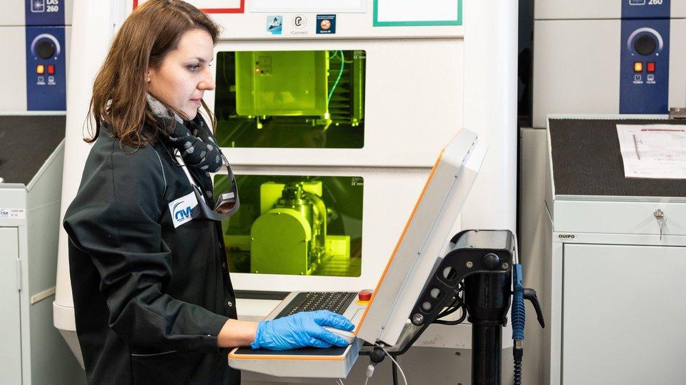 Chez DM Surfaces à Saint-Imier, les machines laser ont pris le dessus sur la galvanoplastie, activité originelle de l'entreprise.