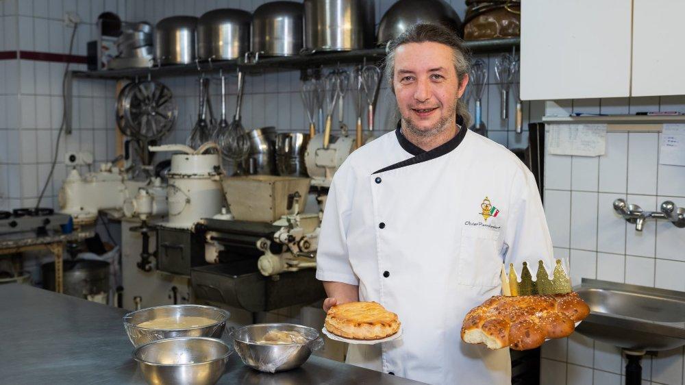 """Olivier Pierrehumbert, avec sa galette et sa couronne des rois dans le laboratoire de sa boulangerie """"Chez Tinet"""" à Saint-Aubin"""