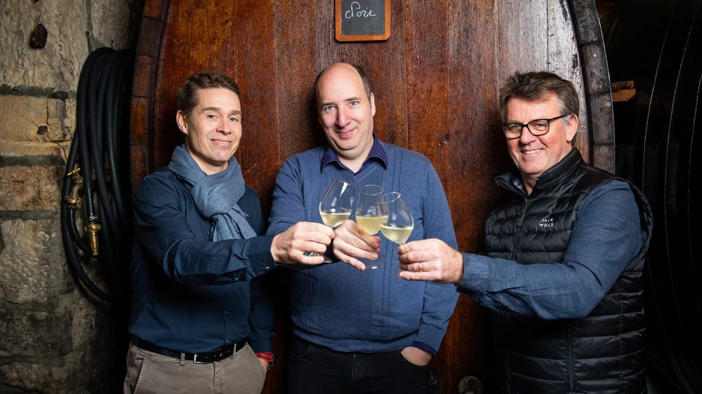 De g. à dr.: Pierre-Emmanuel Buss, journaliste spécialisé et blogueur, Alexandre Truffer, rédacteur en chef de l'édition francophone de «Vinum», et Craig Penlington, chef du restaurant de l'hôtel DuPeyrou, à Neuchâtel.