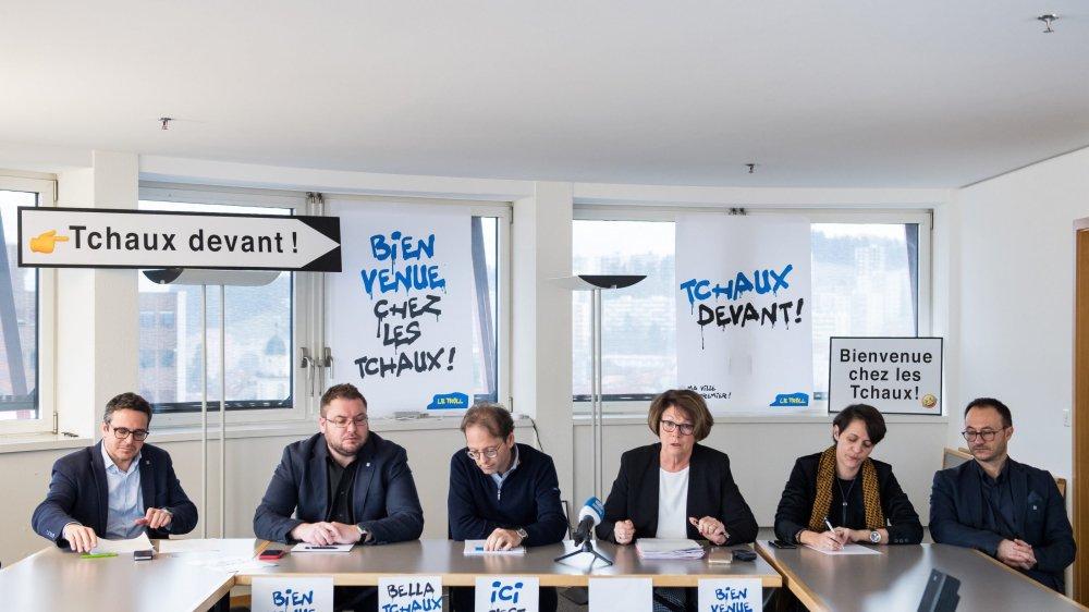Le Conseil communal in corpore (avec le chancellier Daniel Schwaar, à droite) défend sa campagne de communication controversée.