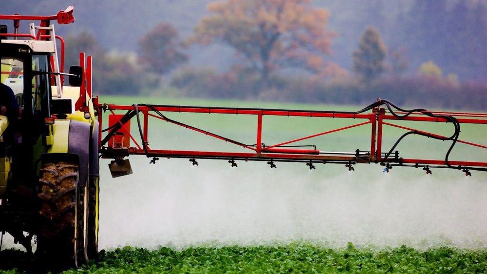 Un épandage de pesticides dans un champ allemand en 2008.