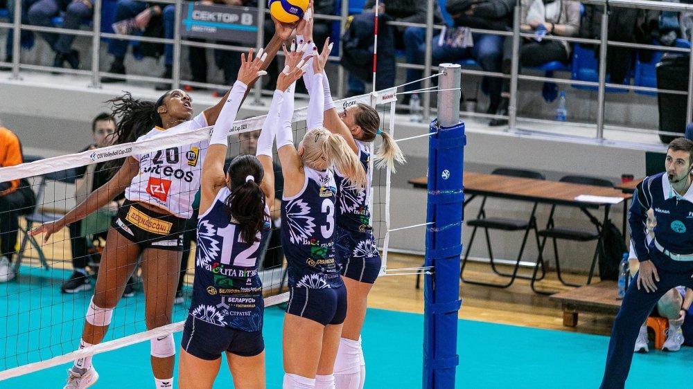 Kyra Holt, meilleure marqueuse du match, est surveillée de près par Aksana Kavalchuk, Nadzeya Stoliar et Katsiaryna Sakolchik.