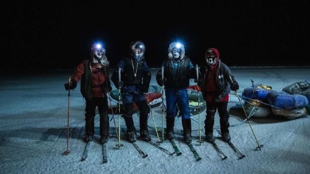 Mike Horn et Børge Ousland ont pu être rejoints par les explorateurs Aleksander Gamme et Bengt Rotmo avant de rejoindre le bâteau  envoyé à leur secours.