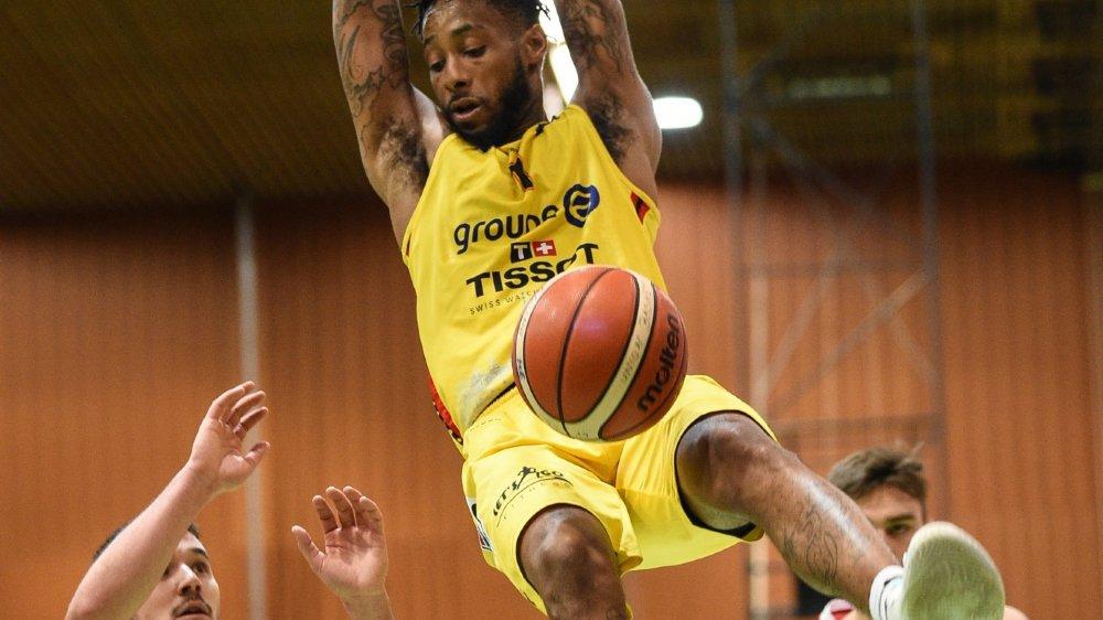 Isaiah Williams au dunk devant des Vaudois impuissants.
