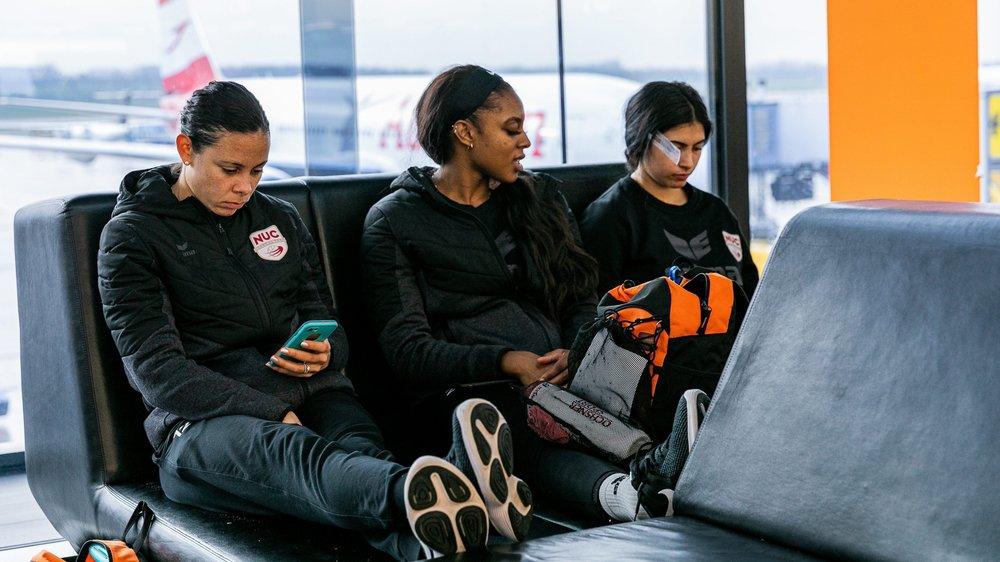 Sabel Sabin, Kyra Holt et Amanda Benson ont pris leur mal en patience à l'aéroport de Vienne.