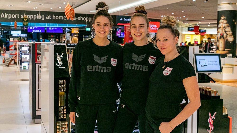Julie Lengweiler, Xenia Staffelbach et Sarah Trösch, les joueuses du NUC qui ont battu le Bélarus avec l'équipe de Suisse, à l'aéroport de Francfort, dans l'attente de s'envoler pour Minsk.