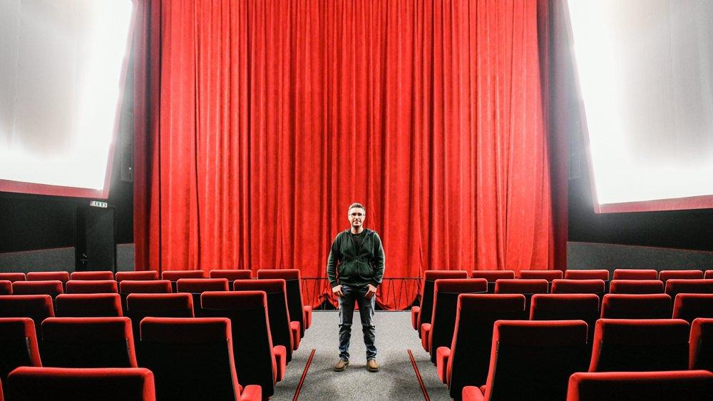 Bertrand Stoller, gérant du cinéma Colisée de Couvet, au milieu de la salle de 207 places.