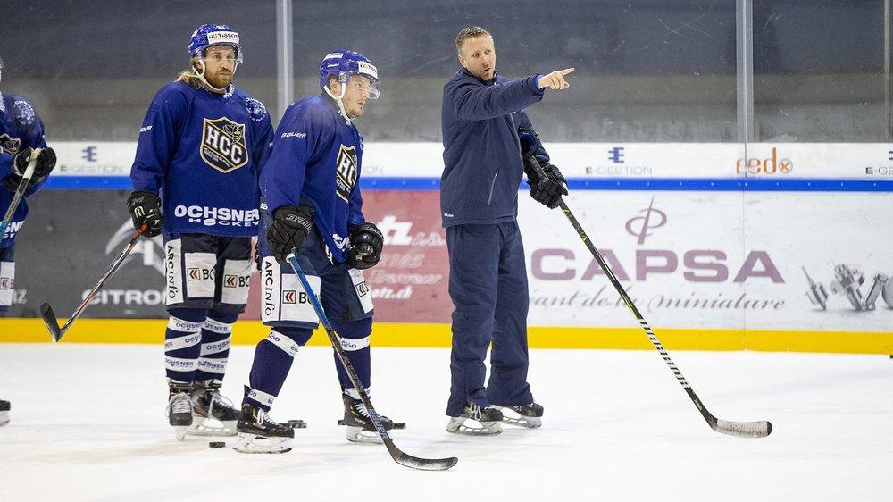 Clint Thornton (à droite) indique la voie à suivre à Konstantin Schmidt (à droite) et à Daniel Carbis (au centre).