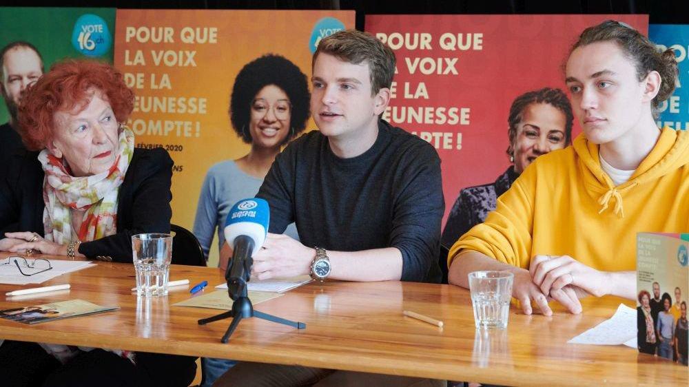 Marie-Antoinette Crelier, 89 ans, et Victor Tschopp, 18 ans ce jeudi, entourent Baptiste Hunkeler, président du comité d'initiative Vote16.ch.