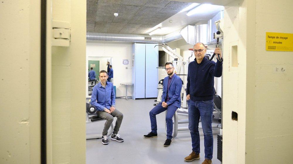 Dan Noël, Thierry Page et Jean-Michel Messerli (de g. à d.) dans le fitness. Situé aujourd'hui dans un abri antiatomique, il devrait être déplacé à l'entrée.
