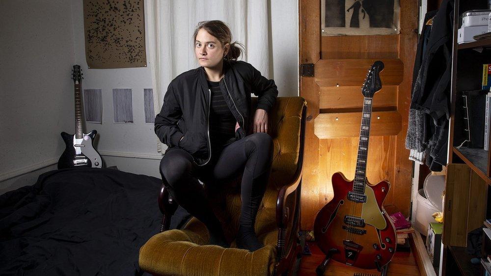 Emilie Zoé dans sa chambre à Neuchâtel, dans l'appartement où elle vit en collocation avec son compère batteur Nicolas Pittet.