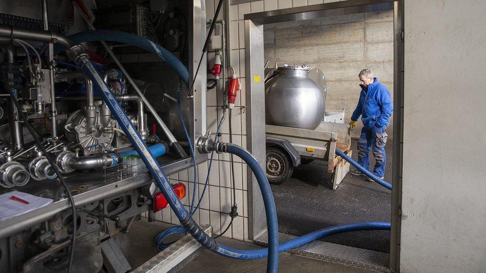 A la Centrale laitière de La Chaux-de-Fonds. A droite, un agriculteur. A gauche, l'arrière du camion qui livrera le lait à Estavayer-le-Lac.
